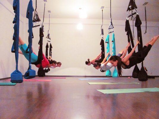 5 Manfaat Yoga Aerial Bagi Kesehatan yang Sayang Jika Dilewatkan 12