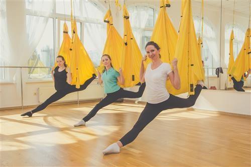 5 Manfaat Yoga Aerial Bagi Kesehatan yang Sayang Jika Dilewatkan 6
