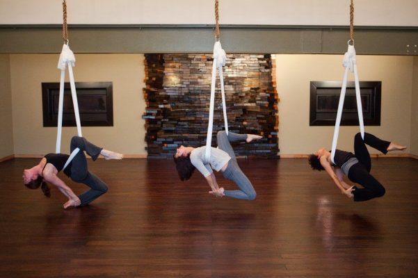 5 Manfaat Yoga Aerial Bagi Kesehatan yang Sayang Jika Dilewatkan 15